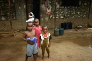 Kinder in Afrika: brauchen sie unbedingt Staatsgelder oder ist die Hilfe von Privaten nicht auch wichtig?