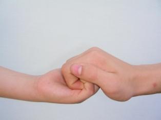 Zwei Hände, die ineinandergreifen und sich halten