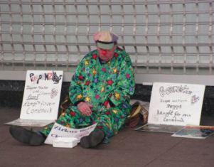 Arbeitsloser Clown wirbt für sein Comeback