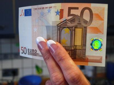 Geld in Frauenhand