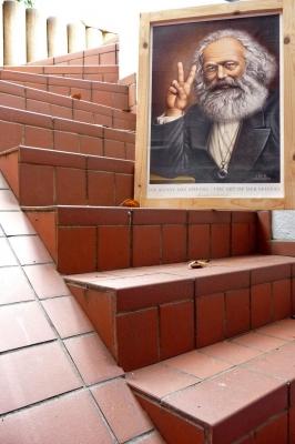 Marx triumphiert am Abstieg von uns allen