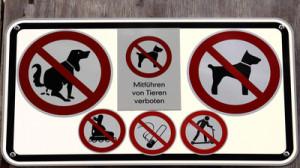 Zahlreiche Verbotsschilder mit Hunden
