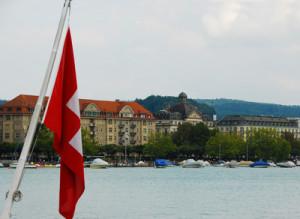 Schweizer Fahne schlaff vor dem Zürichsee