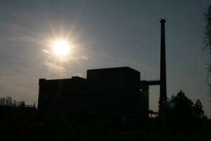 Atomkraftwerk mit Sonne im Hintergrund