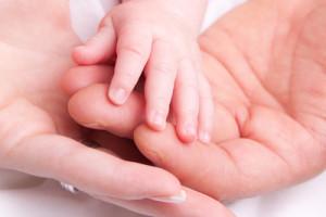 Hände von Vater, Mutter Kind