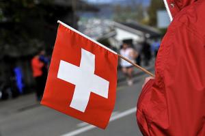 Schweizer Fähnchen in einer Hand