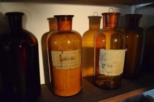 Alte Medizinalbehälter aus einer Apotheke