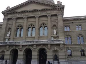 Foto des Bundeshauses in Bern vom Bundesplatz aus