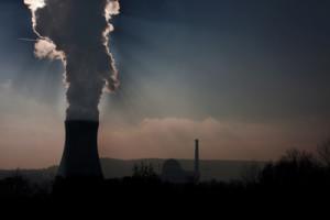 Atomkraftwerk im Dämmerlicht