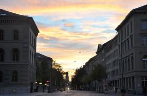 Blick vom Bundesplatz in die Bundesgasse, links das Bundesratshaus, rechts das Medienzentrum des Bundes