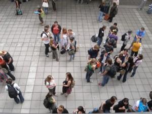 Studenten im Hof einer Uni