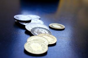 Schweizer Münzen als Symbol für Lohn und Geld