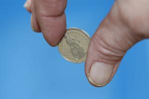 Ein Schweizer Franken zwischen zwei Fingern
