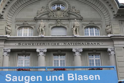 Foto der Nationalbank auf dem Bundesplatz in Bern, im Vordergrund steht