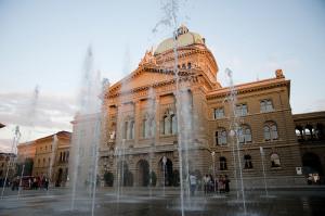 Bundeshaus mit sommerlichem Springbrunnen