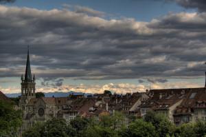 Bern über die Altstadt, dunkle Wolken über Bern