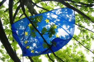 Europa-Flagge in den Bäumen