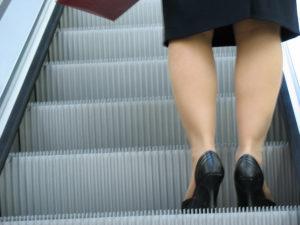 Frau auf Treppenaufzug